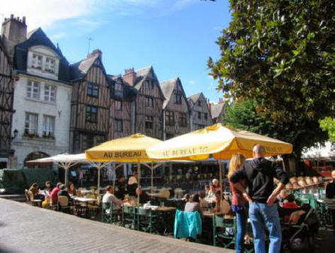 Alfesco diners on Place Plumereau in the city of Tours