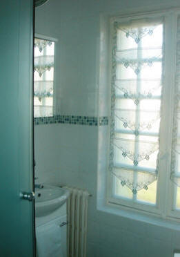 sbhower room at Les Balcons holiday home in Le Grand-Pressigny France